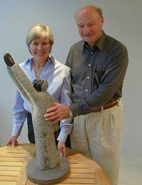 "Doris and Hans Herz with their symbolic sculpture ""Together we can do it!"""